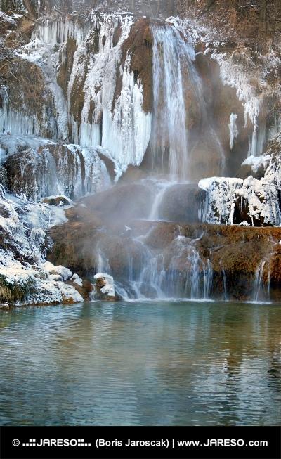 Zmrzlý vodopád v obci Lúčky na Slovensku