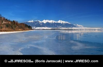 Zimní pohled na Liptovskou Maru a Západní Tatry