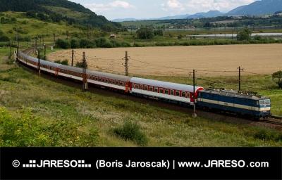 Rychlík jedoucí přes slovenskou krajinu