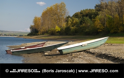 Tři loďky na břehu