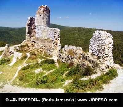 Ruiny opevnění Čachtického hradu během léta
