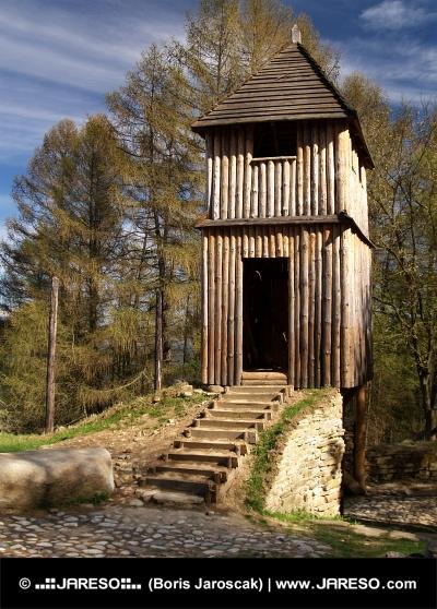 Zrekonstruované dřevěné opevnění na Havránku