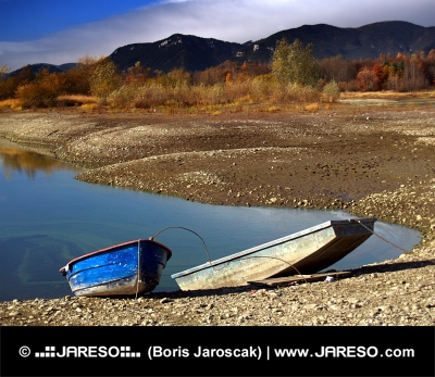 Dvě loďky na břehu při Liptovském Trnovci