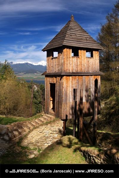 Dřevěné opevnění v muzeu Havránok