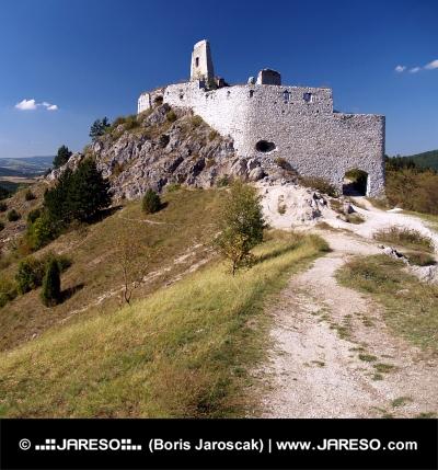 Ruiny Čachtického hradu na skalnatém kopci