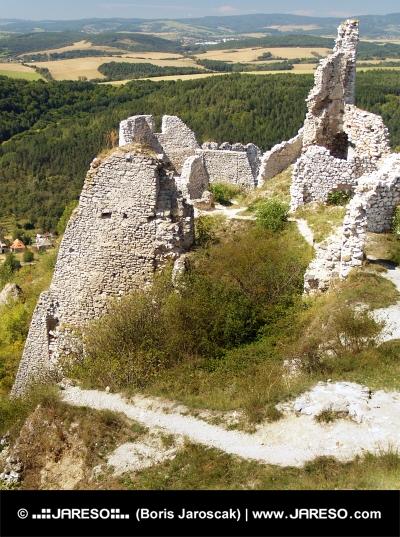 Čachtický hrad a krajina v dálce