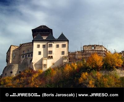 Trenčínský hrad na pestrobarevném kopci