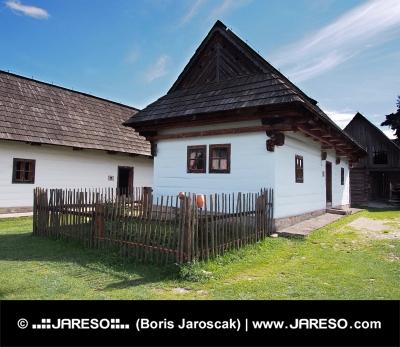 Vzácné dřevěné lidové domy ve skanzenu Pribylina na Slovensku
