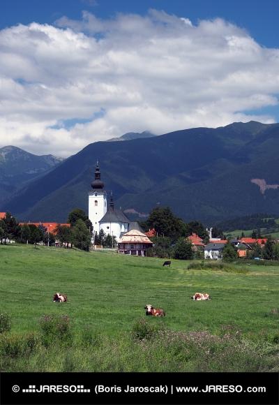 Kostel a kopce v Bobrovci na Slovensku