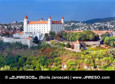 Bratislavský hrad s novým bílým nátěrem