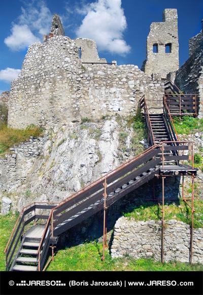 Interiér a schody na hradě Beckov