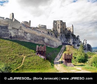Masivní opevnění hradu Beckov