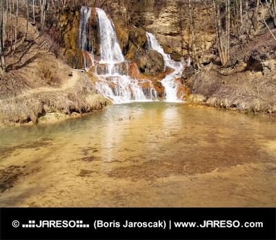 Železitá voda ve vodopádu v obci Lúčky