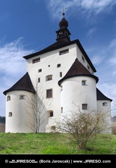 Masivní nárožní bašty Nového zámku v Banské Štiavnici na Slovensku