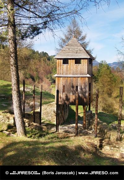 Věž dřevěného opevnění na Havránku na Slovensku