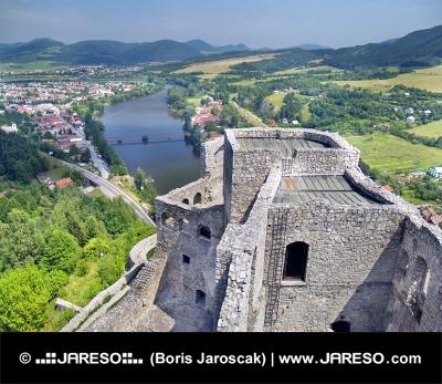 Letecký pohled z věže hradu Strečno na Slovensku