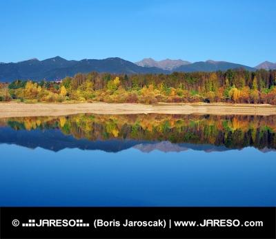 Odraz Roháčů ve vodě během podzimu na Slovensku