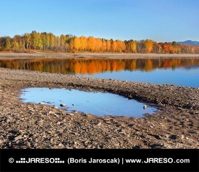 Odraz stromů v Liptovské Mare během podzimu na Slovensku