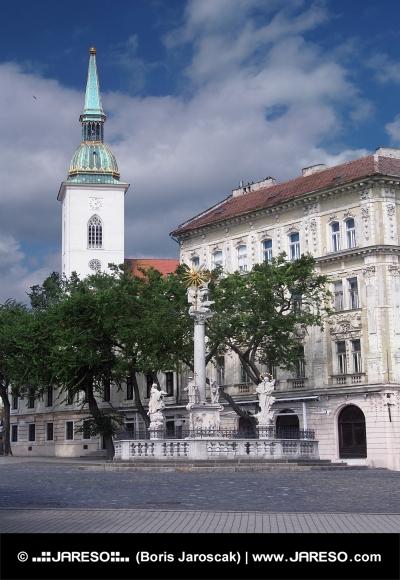 Morový sloup a katedrála v Bratislavě