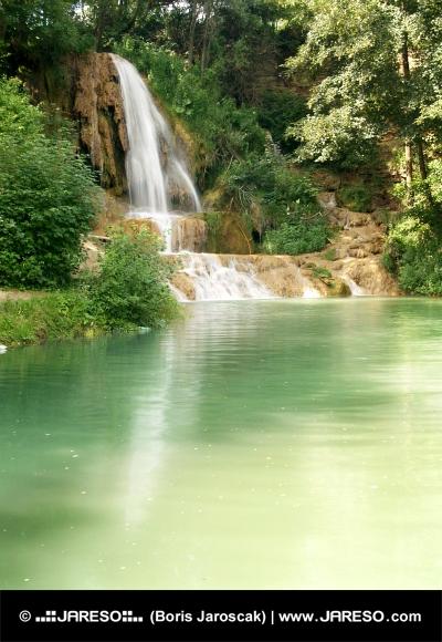 Jezírko s mohutným vodopádem