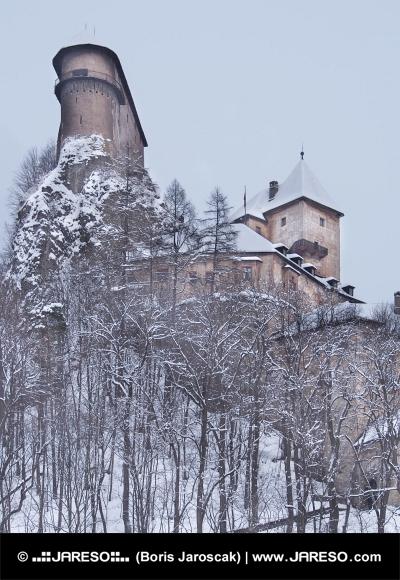 Vzácný pohled na Oravský hrad v zimě