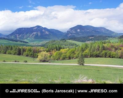 Krajina kolem Bobrovníka s kopci Pravnáč a Lômy