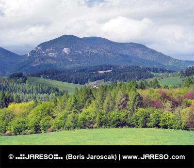 Krajina s kopcem Lômy nedaleko od Bobrovníka