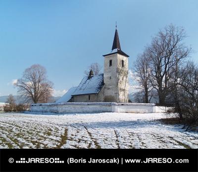 Zimní pohled na kostel Všech svatých v Ludrové
