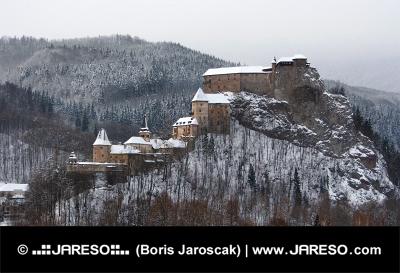 Všechny budovy Oravského hradu během zimy