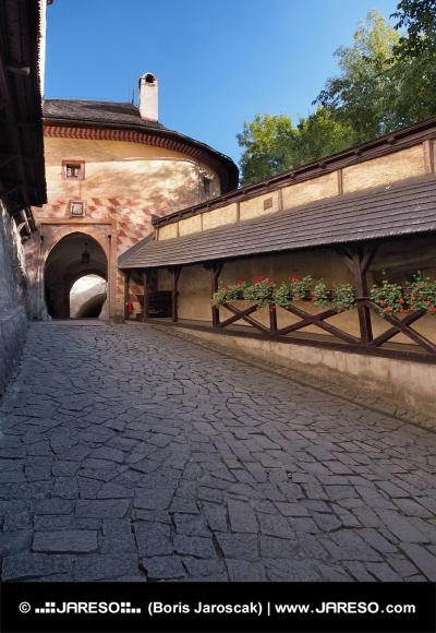 Brána vedoucí na nádvoří Oravského hradu