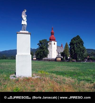 Socha a kostel v Liptovských Matiašovciach