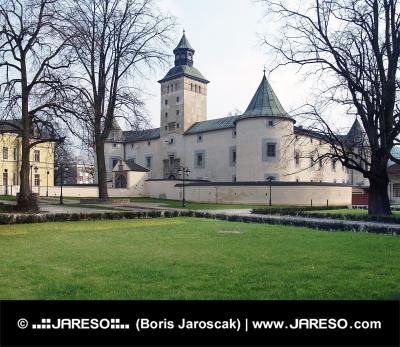 Turzov zámek ve městě Bytča během jara