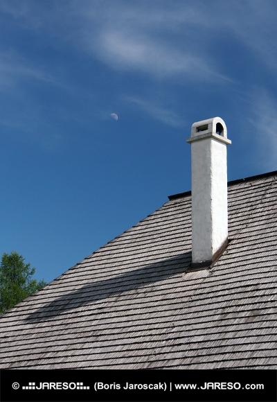 Šindelová střecha s komínem a měsícem na obloze