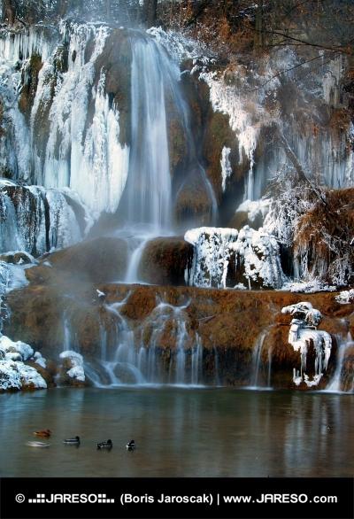 Vodopád v obci Lúčky během zimy