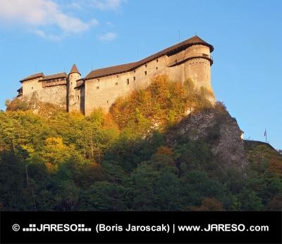 Oravský hrad při západu slunce během podzimu
