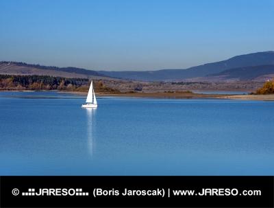 Jachta na Oravské přehradě, severní Slovensko