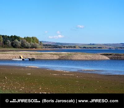 Štěrkovité pobřeží při Liptovské Mare na Slovensku