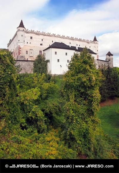 Zvolenský hrad na zalesněném kopci