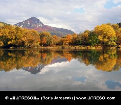 Kopec nazývaný Šíp a řeka Váh na podzim