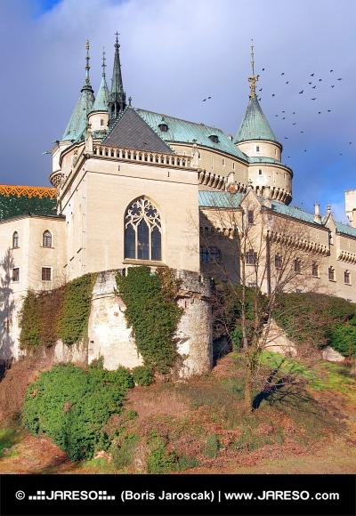 Kaple Bojnického zámku na podzim
