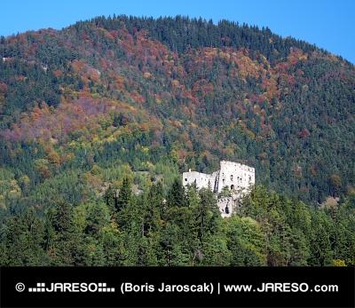 Likavský hrad v hlubokém lese na Slovensku