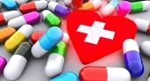 Pilulky a zářící červené srdce